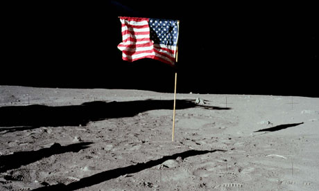 Apollo-11-US-flag-on-moon-001